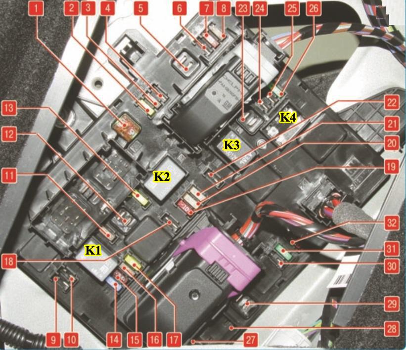 Опель Астра J монтажный блок предохранителей, плавких вставок и реле в багажнике